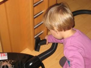 Kinderarbeit mit dem Staubsauger